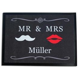 Die Fußmatte Mr. & Mrs. in grau - personalisiert mit Ihrem Wunschnamen, 70 x 50 cm -