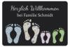 Geschenke 24: Fußmatte (Dunkelgrau) - Füße mit Familienname (Familie + 2 Kinder) personalisierter Türvorleger - Schmutzfangmatte mit Namen -